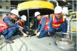 The employees of the Copper Crown Machinery Ecuador branch in the maintenance of flotation equipment.